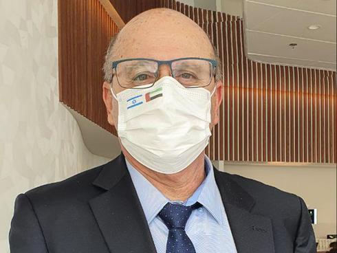 """מנכ""""ל משרד הבריאות פרופ' חזי לוי חילק מסכות עם דגלי ישראל ואיחוד האמירויות"""